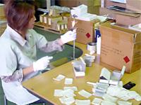 検品作業の写真