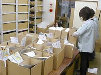 ネット通販の梱包出荷作業の写真